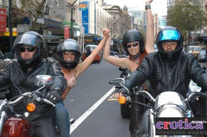 Топлесс-парад (43 фото)
