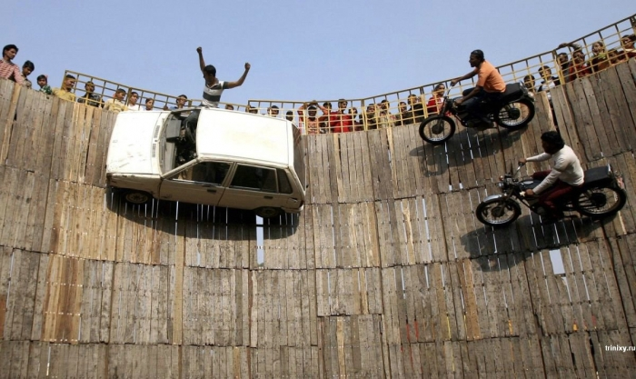 Трюкачи в Индии (2 фото)