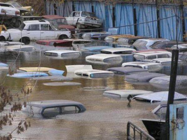 Потоп на автостоянке (4 фото)