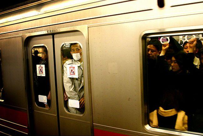 Вот в Киеве отжигают )) Киевское метро наняло дружинников для толкания пассажиров (4 фото + видео)
