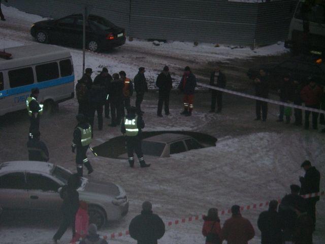Машина провалилась под асфальт (фото + видео)