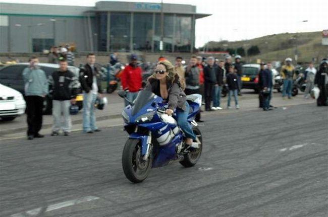Женщина за рулем мотоцикла.... (2 фото)