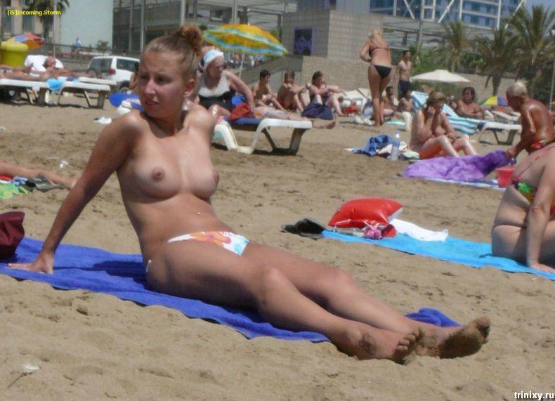 Девушки топлесс на пляже (31 фото) НЮ
