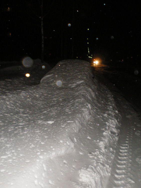 Оставил на ночь машину у обочины (5 фото)