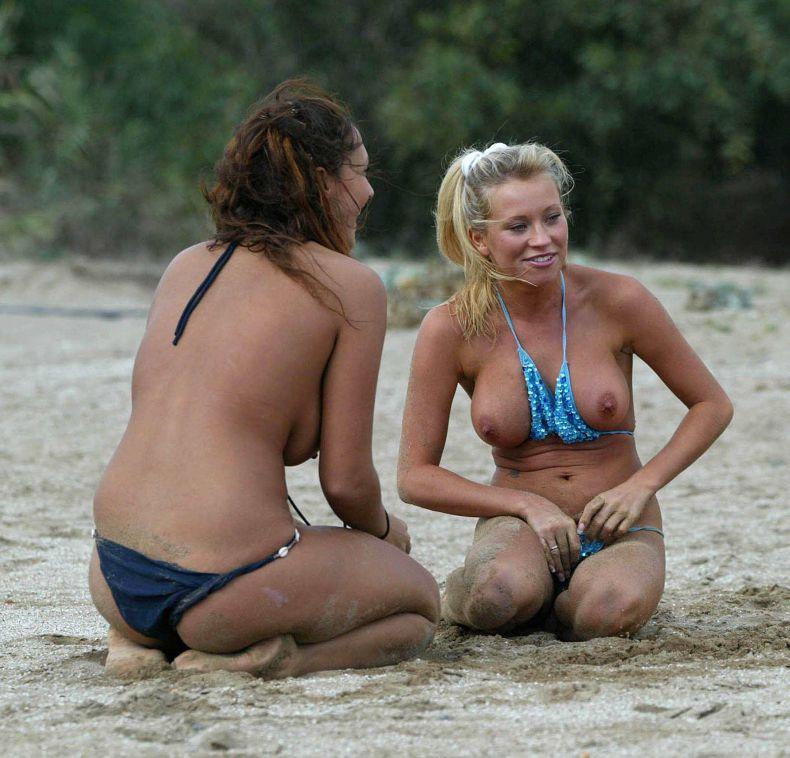 Натали Деннинг (Natalie Denning) с подружкой на пляже (8 фото) НЮ