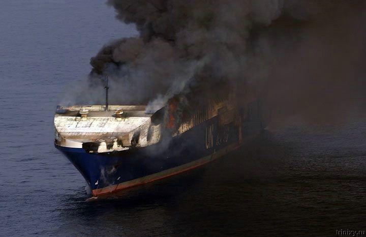 Пожар на море (10 фото)