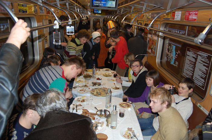 Флэшмоб в киевском метро. Поминки в вагоне (13 фото)
