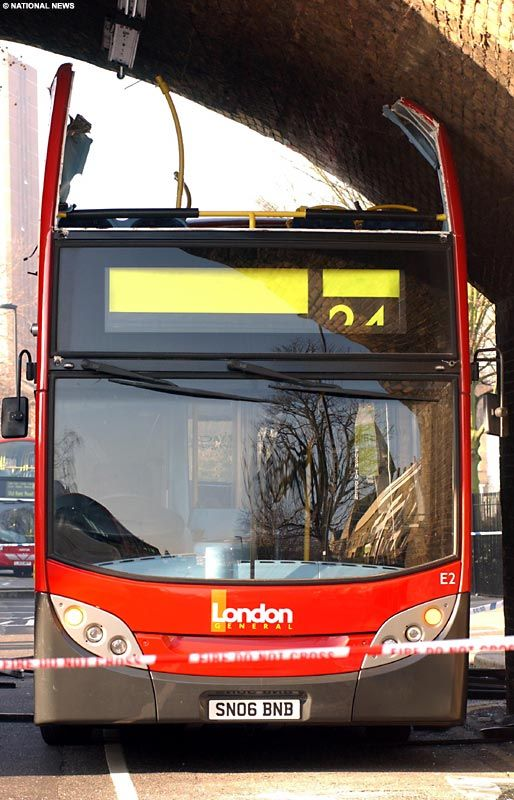 Лондонскому автобусу снесло крышу (4 фото)