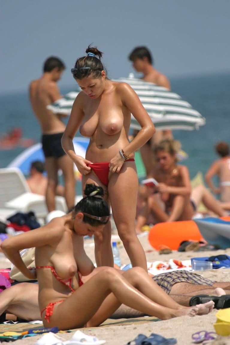 Сексуальные девушки переодеваются на пляже 12 фотография