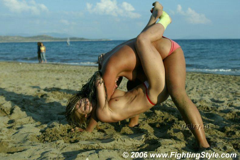 Женская борьба топлесс (27 фото)