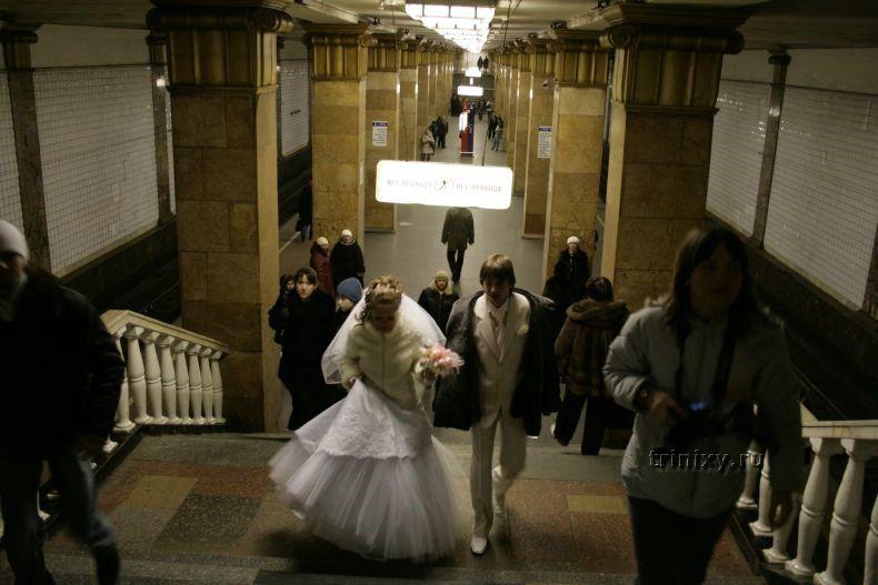 Свадьба в Макдональдсе и в метро (5 фото)