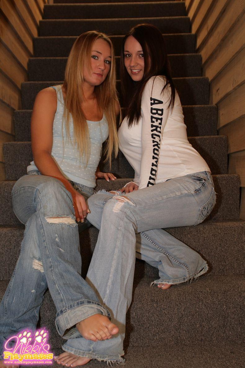 Две симпатичные девушки (15 Фото)