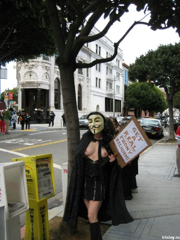 Девушка одела маску, разделась и пошла протестовать (15 фото)