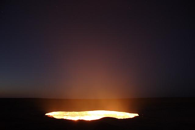 Кратеры с горящим газом в Дарваза, Туркменистане (22 фото + 2 видео)