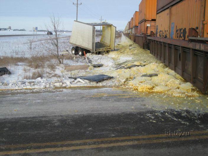 Как приготовить омлет. Поезд врезался в грузовик с яйцами (3 фото)