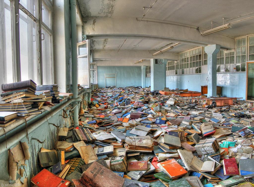Заброшенная библиотека (6 фото)