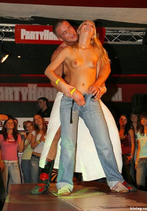 Чуть эротики. Топлесс девушки в общественных местах (60 фото)