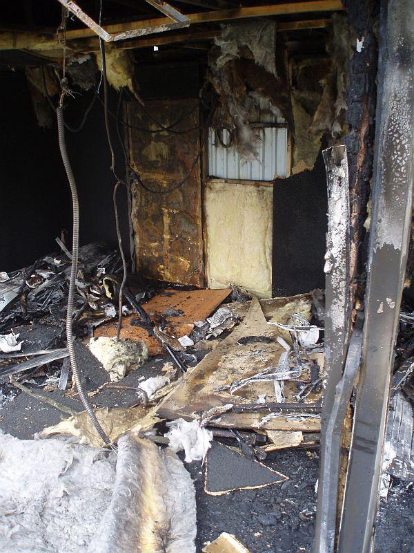 Разъяренные жители сожгли кафе (4 фото)