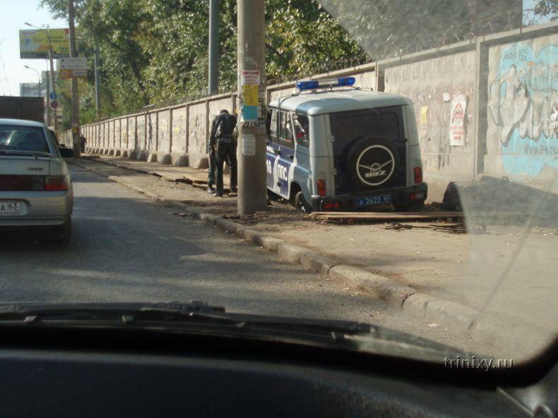 Пытались объехать пробку по тротуару. Не получилось... (4 фото)
