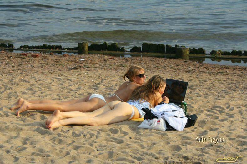 Что читают девушки на пляже (33 фото) НЮ