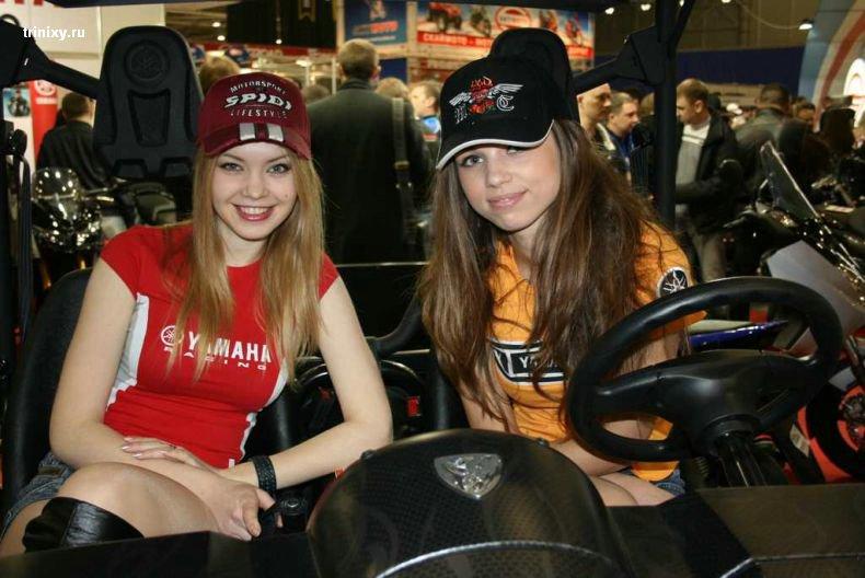 Девушки с мотошоу (34 фото) слегка ню