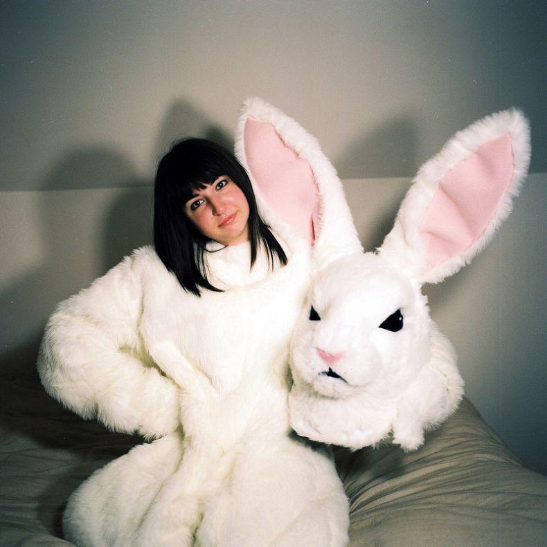 Девушка в костюме зайца, грудастые в лифчике фото