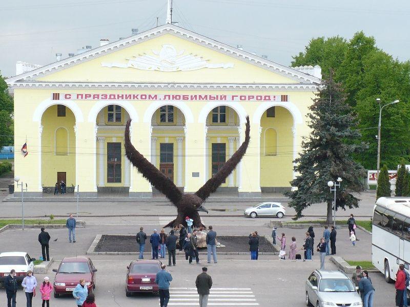 Огромный орел в городе Орле (5 фото)