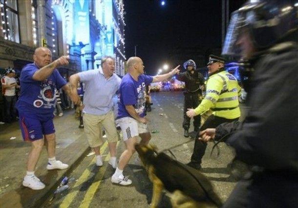 Жестокая полиция Манчестера (6 фото)