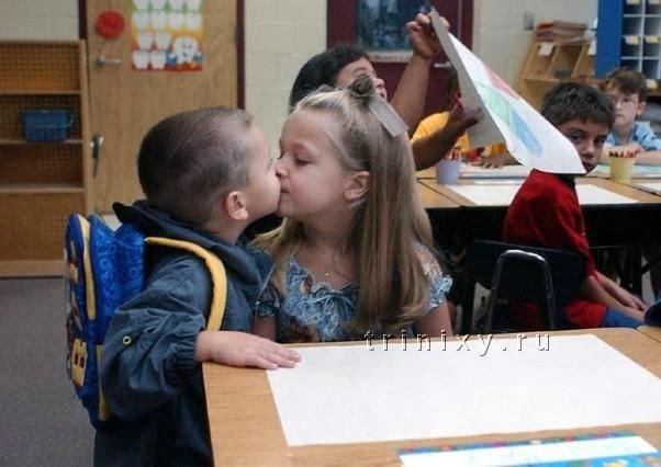 целоваться и обниматься с знакомым мужчиной