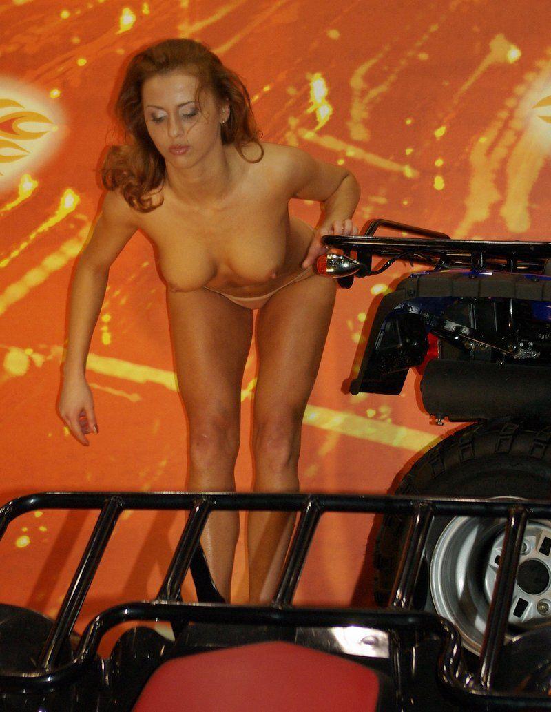 Девушка с автошоу (14 фото) НЮ