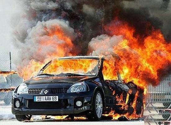 Сгоревший автомобиль (8 фото)