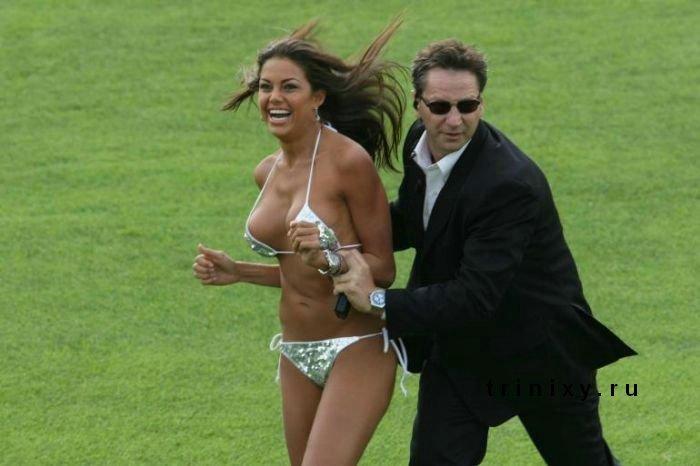 Стриптиз футбольных фанаток (9 фото)