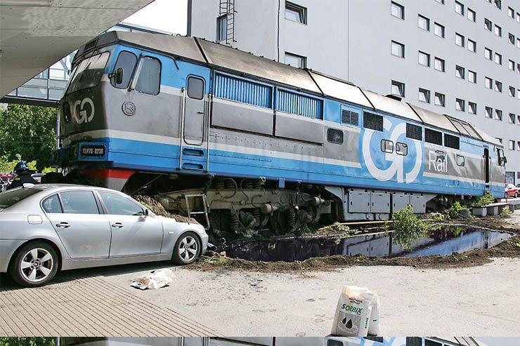 Поезд сошел с рельсов (20 фото)
