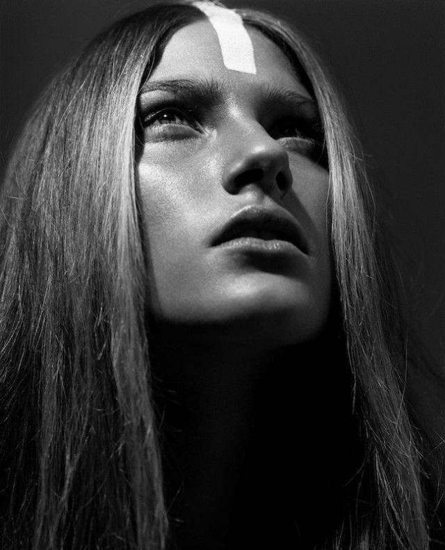 Вытекает дырочки красивое женское лицо с красивой грудью фото девушки