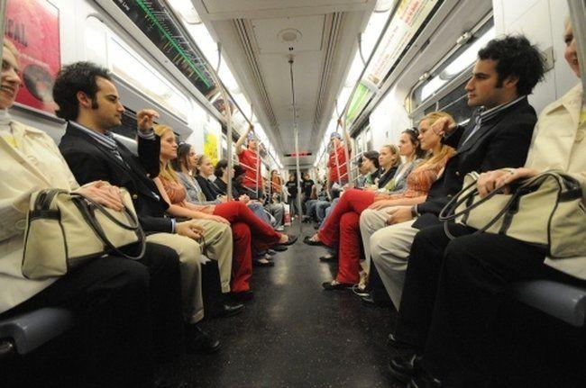 Потрясная задумка! Зеркало в метро (39 фото + видео)