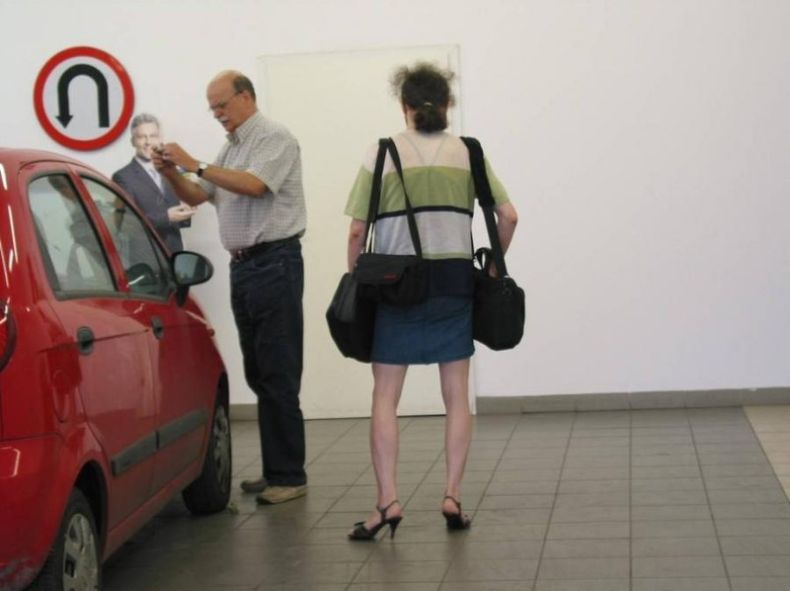 Жесть в автосалоне (2 фото)