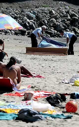 Жесть на пляже. Смерть и равнодушие (4 фото)