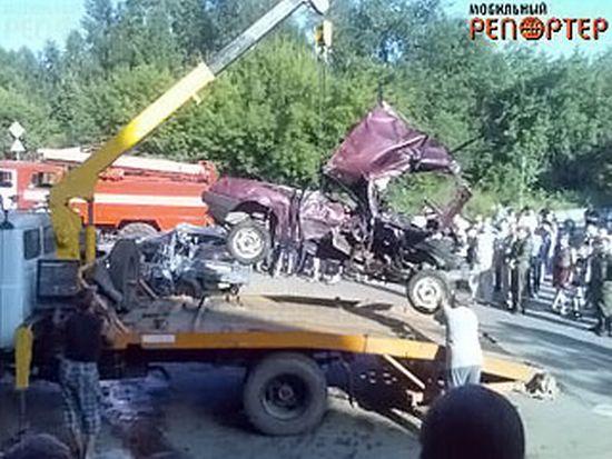 Жуткая авария. Грузовик смял 14 автомобилей (20 фото)