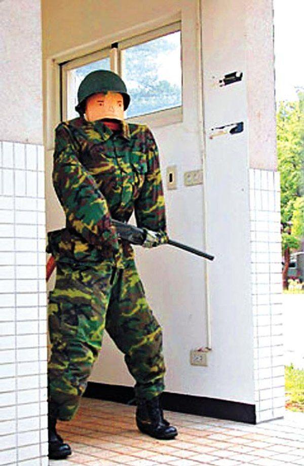 Серьезная охрана военной базы (3 фото)