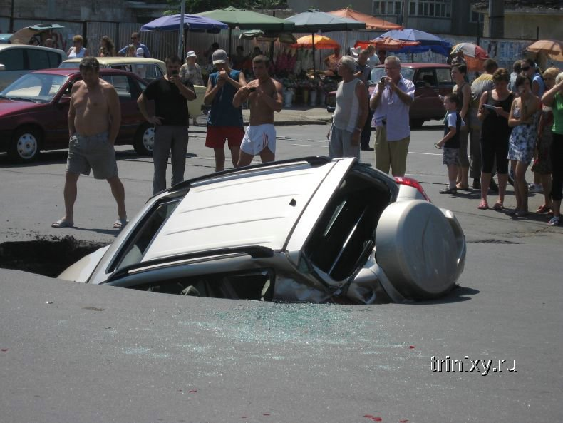 В Одессе машина провалилась под асфальт (7 фото + видео)