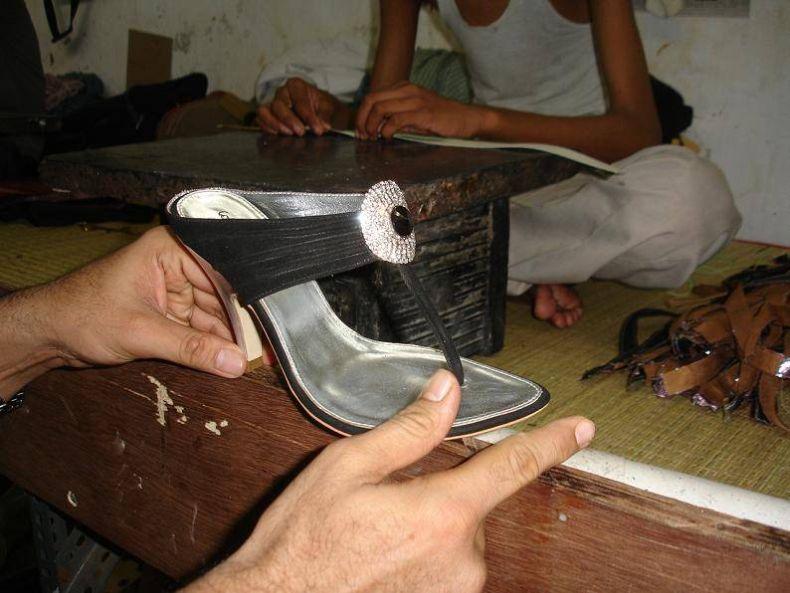 Индийская обувная мануфактура (25 фото)