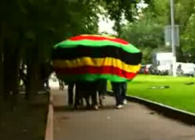 Огромная шапка гуляет по Москве