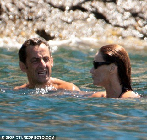 Николя Саркози с Карлой Бруни на пляже (3 фото)