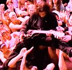 Гитариста кинули в толпу фанатов