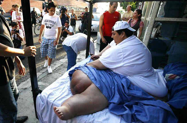 Самый толстый человек в мире побывал на пляже (10 фото)