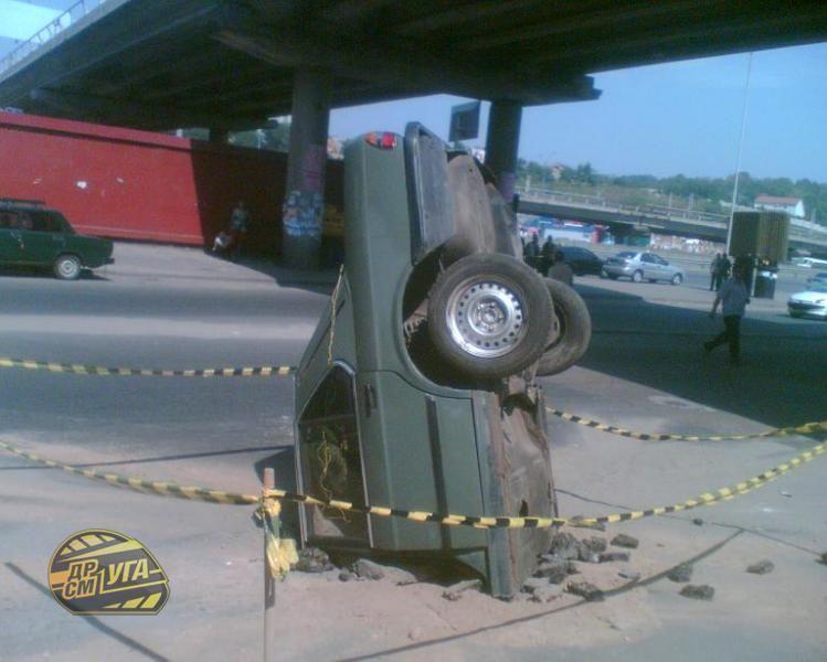 Жесть дня. Машина упала с 30-метровой высоты (5 фото)