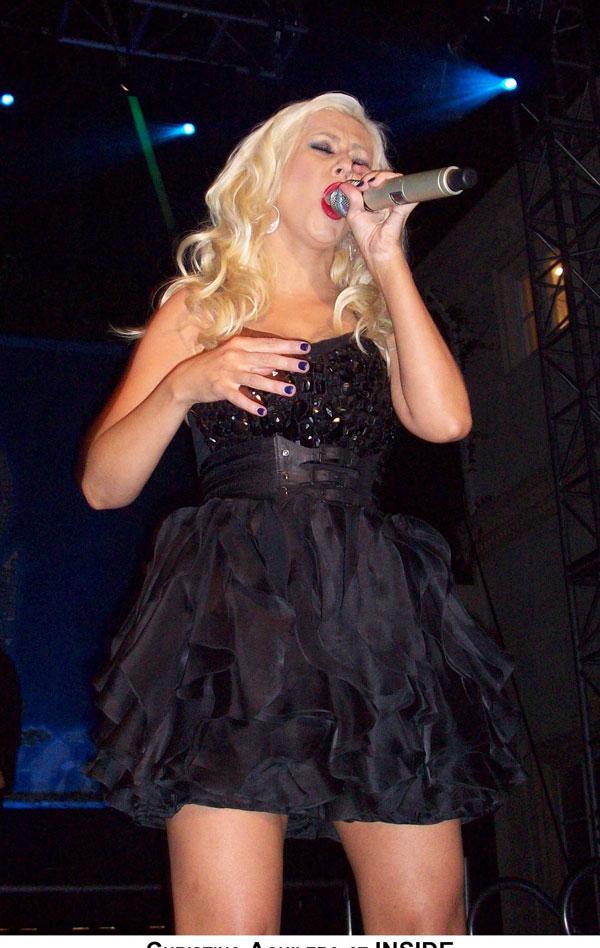 Кристина Агилера (Christina Aguilera) на сцене (11 фото)