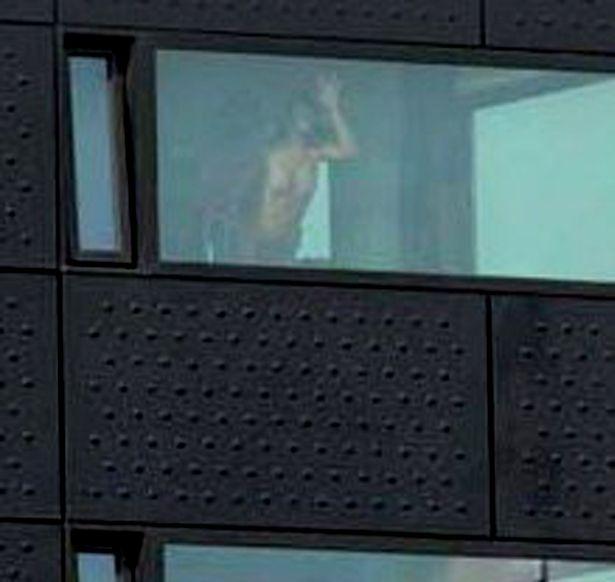 Секс в окне (2 фото)