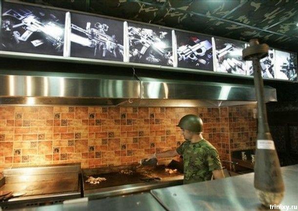 """...Guns and Buns """" и весь интерьер выполнен в стиле милитари.  Блюда."""