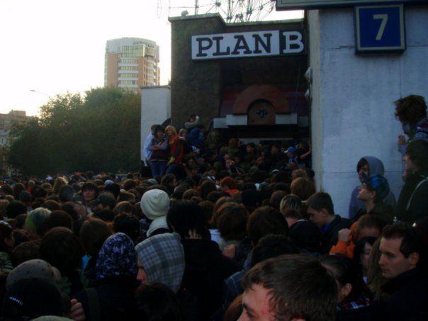 Толпа у входа в клуб PLAN B